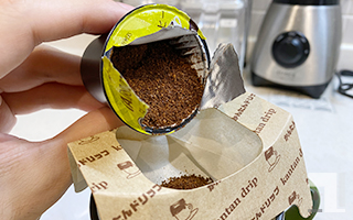 K-Cupからフィルターに粉をうつす