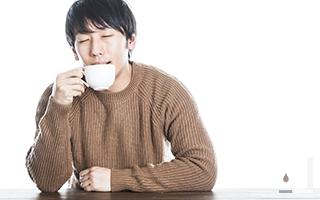 美味しいコーヒーを飲んでる人