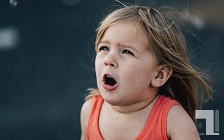 衝撃を受ける子供