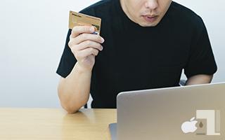 クレジットカードでWEB決済する人