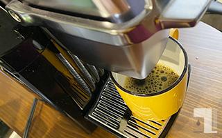 BS300でコーヒーをカップへ抽出してる