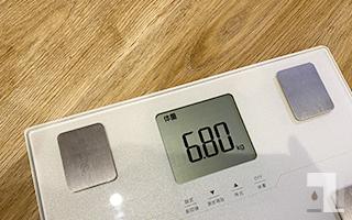重さ「6.8kg」を表示する体重計