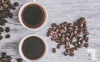 美味しそうなコーヒーのカップが2つ