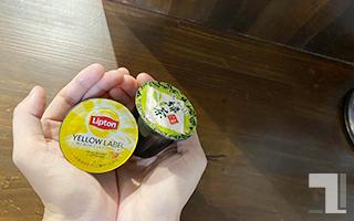 K-Cup「リプトンイエローラベル紅茶」と「玉露入り緑茶」を1個ずつ手に持つ