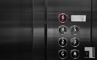 エレベーター「6階」が光ってる