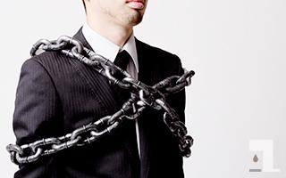 鎖に縛られて拘束されてる人