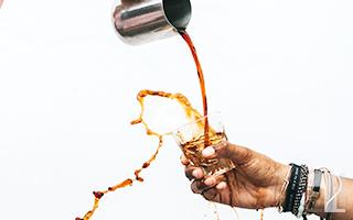 コーヒーがグラスからこぼれてる