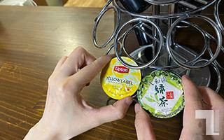 K-Cup「リプトンイエローラベル紅茶」と「玉露入り緑茶」をツリーから取り出す
