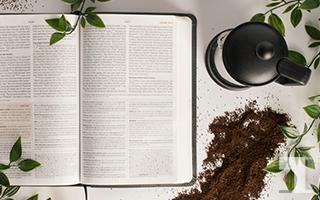 開いた書籍とコーヒー粉